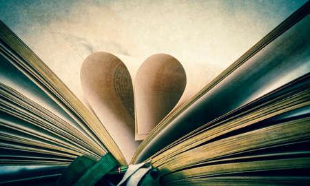 libros antiguos: una antigua Biblia abierta con una forma de calor