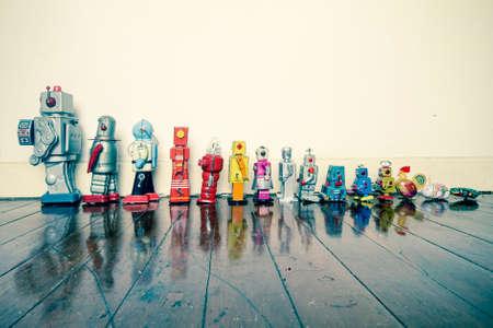 Una linea di robot d'epoca dal piccolo al grande Archivio Fotografico - 76913749