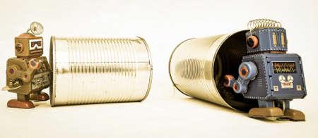 Robot rétro et vieille boîte de conserve avec corde (concept de téléphone) Banque d'images - 91363074