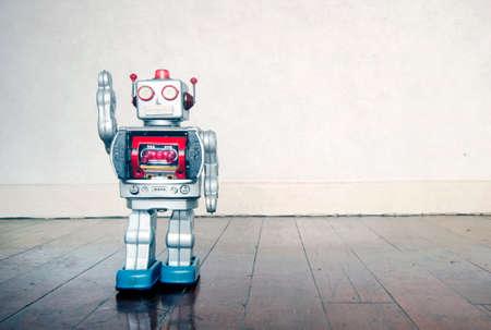 zilveren tinnen robot zegt hallo met kopieerruimte Stockfoto