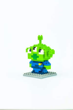 lightyear: BANGKOK, THAILAND - MAY 12, 2017 :  TOY STORY LITTLE GREEN MAN ALIEN Micro Blocks in Isolated White Background Editorial