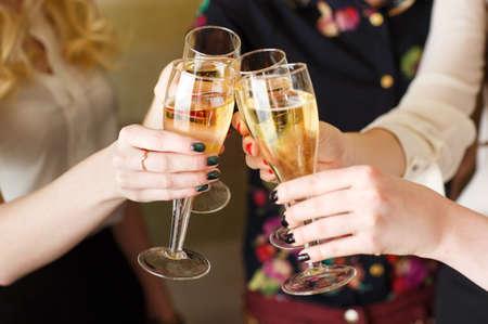 Hände halten die Gläser Champagner und machen einen Toast.