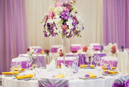 Tisch für Hochzeit oder ein anderes Abendessen mit Catering.