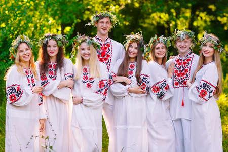 Hochsommer. Eine Gruppe junger Leute mit slawischem Aussehen bei der Mittsommerfeier Standard-Bild
