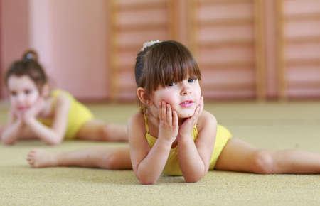 Le ragazze che fanno ginnastica in palestra. Archivio Fotografico