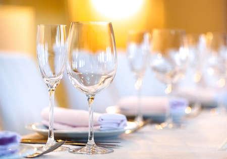 schön gedeckter Tisch in einem Restaurant auf einer weißen Tischdecke