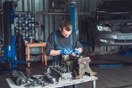 Master collects a rebuilt motor for the car 写真素材 - 131693283
