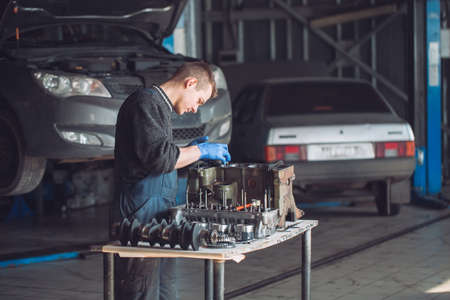 Master collects a rebuilt motor for the car Imagens