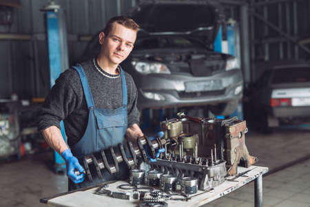 Master collects a rebuilt motor for the car 写真素材 - 131693621