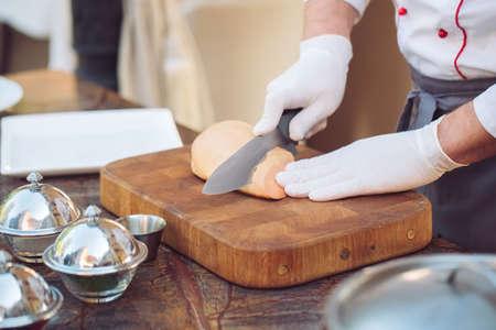 Gänseleber auf einem Holzbrett im Restaurant vor dem Kochen