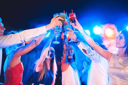 Amigos con cócteles en una fiesta.