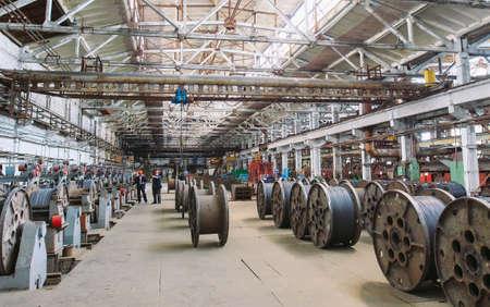 Fil machine, agencements dans les entrepôts. entrepôt industriel à l'usine métallurgique Banque d'images