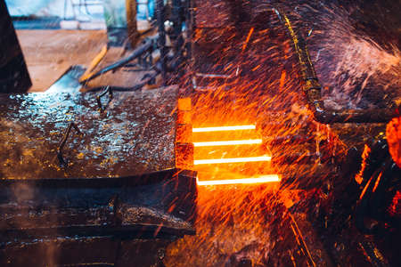 heißer Stahl auf Förderband im Stahlwerk
