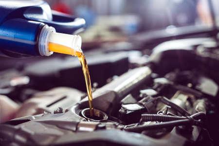 Dolewanie oleju silnikowego do silnika samochodu. Stacja paliw. Zdjęcie Seryjne