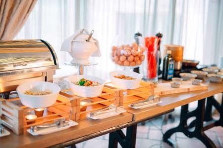 Ingredientes para huevos revueltos en un hotel o restaurante. cocina a la vista Foto de archivo