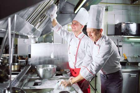 Journée sanitaire au restaurant. Les répétitions lavent votre lieu de travail. Les cuisiniers lavent le four, la cuisinière et la hotte dans le restaurant Banque d'images