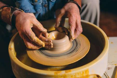 Laboratorio di ceramica. Il nonno insegna alla nipote la ceramica. Modellazione dell'argilla. Archivio Fotografico