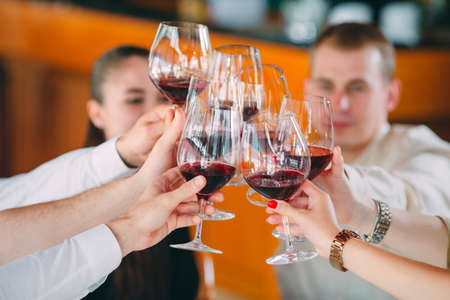 Friends drink wine on the terrace of the restaurant. Stockfoto