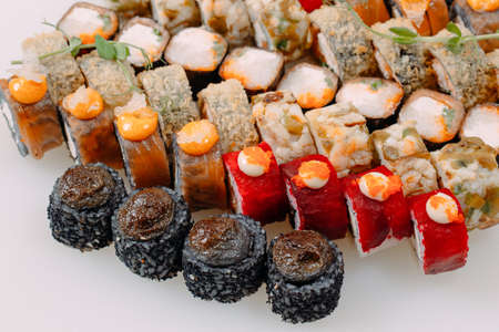 Many types of Shusha are stacked in a row.