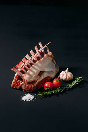 A rack of new Zealand Lamb in raw form on a black background. 版權商用圖片