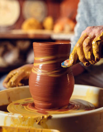 Pottery workshop. A senior man makes a vase of clay. Clay modeling Stockfoto