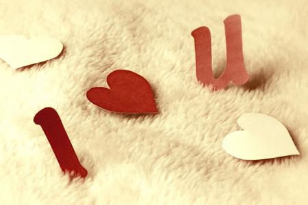 i love u: lettres d�coup�es i love u sur fond de laine de cru