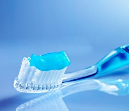 tandenborstel op de tafel met tandpasta en blauwe achtergrond Stockfoto