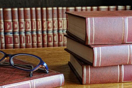 테이블과 클래스와 바닥 선반에 책 스톡 콘텐츠