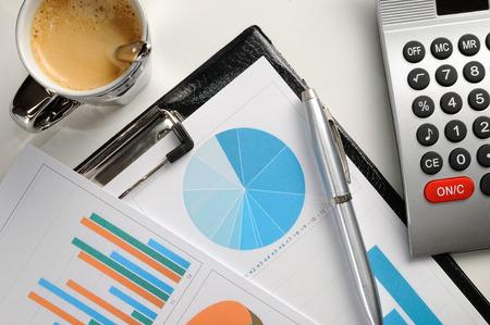 グラフとチャートの財務分析のトップ ビュー 写真素材