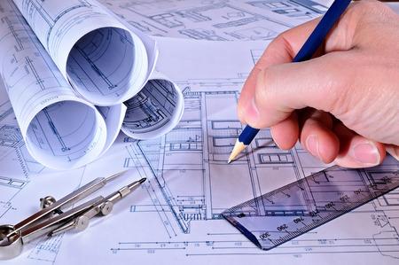 trabajando en casa: un contratista se�alando mediciones en planos de una vivienda