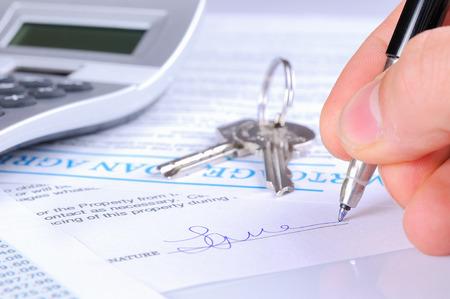 calculadora: firmar el contrato de la hipoteca hasta la entrega de llaves con vista frontal calculadora Foto de archivo