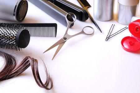 hair dryer: Conjunto de art�culos de peluquer�a expuestos en una mesa blanco con sala de abajo a la derecha para escribir