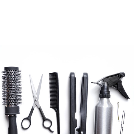secador de pelo: accesorios de peluquería establecidos para el corte y peinado del cabello aislado con el fondo blanco abajo