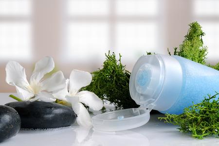 青の海藻風呂で白いガラス テーブルの上でピーリングゲル 写真素材