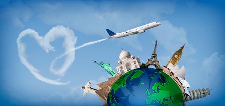 Concetto di viaggio di tutto il mondo con la rappresentazione del globo e monumenti in giro. Con le nuvole heartshaped