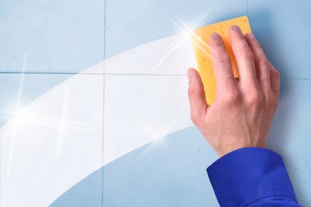 empleadas domesticas: Concepto de los empleados de la limpieza profesional con fondo de azulejos y traza limpia