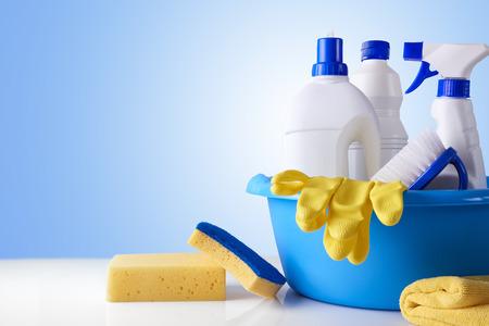 プロフェッショナル洗浄装置に白いテーブルと青色の背景の概要。クリーニング ツールは会社のコンセプトです。正面から見た図。水平方向で構成 写真素材
