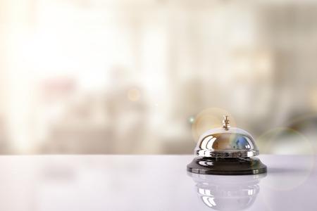 Hotel service bel op een tafel wit glas hotel en simulatie achtergrond. Het concept van het hotel, de reis, kamer Stockfoto