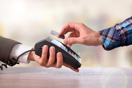 NFC 技術と非接触式カードとの商人を支払う顧客。平面図です。水平方向で構成。 写真素材