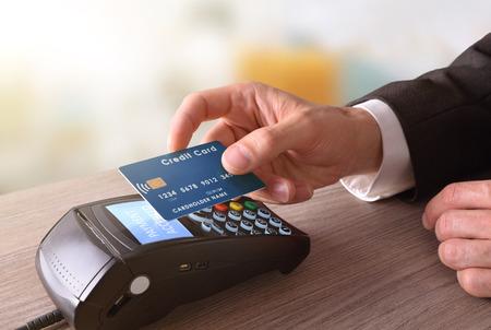 携帯と NFC 技術を通じた取引で支払い。昇格を表示します。水平方向で構成。 写真素材