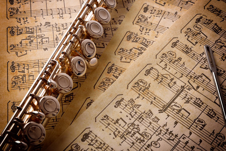 Flute avec tige de nettoyage sur les anciennes partitions manuscrites. Composition horizontale. Vue élevée
