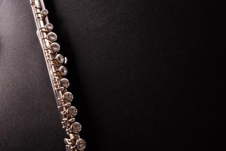 Détail de la flûte traversière sur table noire. Composition horizontale Vue de dessus Banque d'images