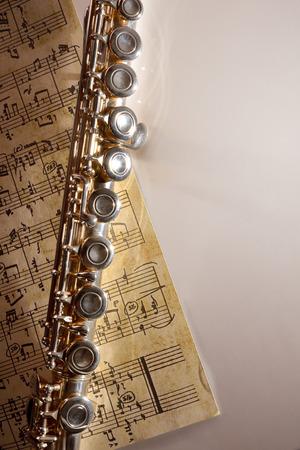 Flûte et manuscrite partition sur le tableau blanc. composition verticale. vue de dessus Banque d'images