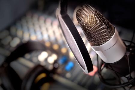 スタジオで録音機器。スタジオ マイク ミキサー背景とヘッドフォン。昇格を表示