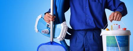 Concepto trabajador de mantenimiento de piscina con productos químicos de limpieza y herramientas con fondo azul. Composición horizontal. Vista frontal