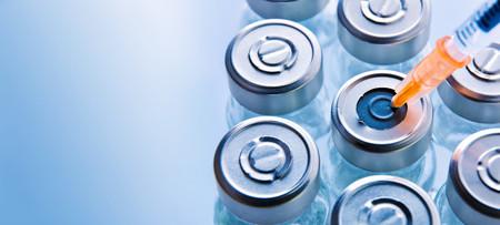 약물 치료 및 파란색 메타 크리 에이트 테이블에 천격 된 주사기 튜브의 그룹. 가로 조성입니다. 평면도.