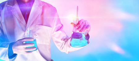 労働者は青赤ライトの背景を持つ作業服研究所化学物質を装備しました。水平方向で構成。
