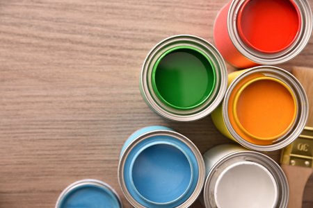 Five open paint cans on wooden table close up. Top view. Horizontal composition. Standard-Bild - 117378530