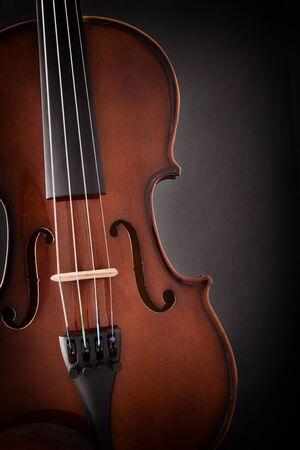 Violindetail mit lokalisiertem schwarzem Hintergrund. Vorderansicht. Vertikale Komposition.