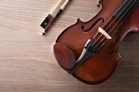 Violin body and bow on wood table. Top view. Horizontal composition. 版權商用圖片